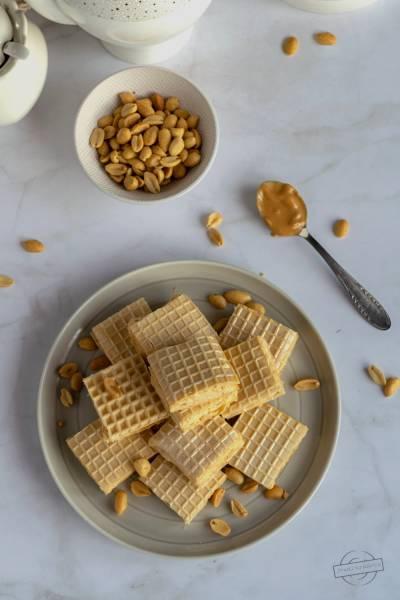 Wafle z masą śmietankową z masłem orzechowym i orzeszkami ziemnymi
