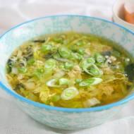 Chińska zupa z jajkiem, kapustą pekińską i grzybkami mun