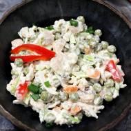 Sałatka warzywna z makaronem i pieczarkami marynowanymi