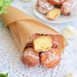 Mini pączki serowe obtoczone w pudrze