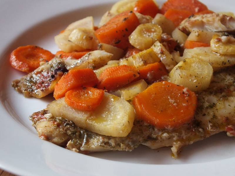 Karmazyn zapiekany z marchewką i pietruszką.