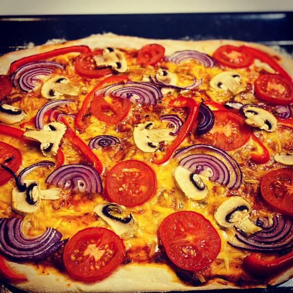 Pizza wegańska na cienkim i chrupiącym cieście