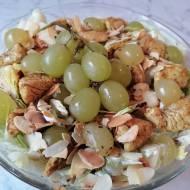 Sałatka z kurczakiem, winogronami i migdałami