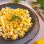 Czosnkowa sałatka z kukurydzą i żółtym serem