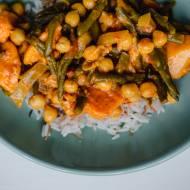 Curry z ciecierzycą, batatami i fasolką szparagową