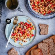Sałatka z ciecierzycą, papryką i selerem naciowym