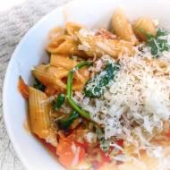 Makaron z sosem pomidorowym i sałatką
