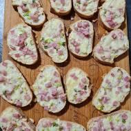 Zapiekane kanapki z serem i szynką