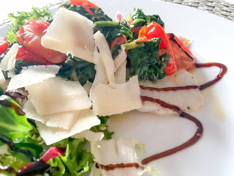 Ryba ze szpinakiem i sałatką