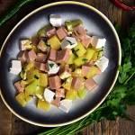Owocowa sałatka z serem kozim