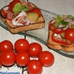 Bruschetta z prosciutto, ogórkiem kiszonym i pomidorkami cherry