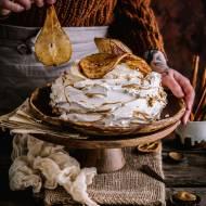 Beza Pavlova z masłem orzechowym i pieczoną z cynamonem gruszką
