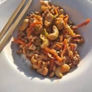 Makaron ryżowy z mięsem mielonym i orzechami nerkowca