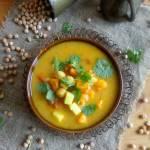 Indyjska zupa curry z ciecierzycą i batatem