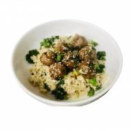 Pulpety z domowym sosem teryiaki i ryżem z kalafiora