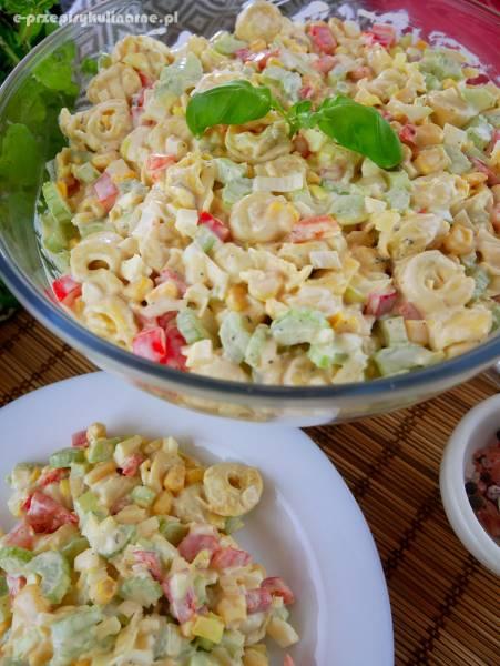 Sałatka z tortellini i selerem naciowym – wyśmienity przepis na sałatkę