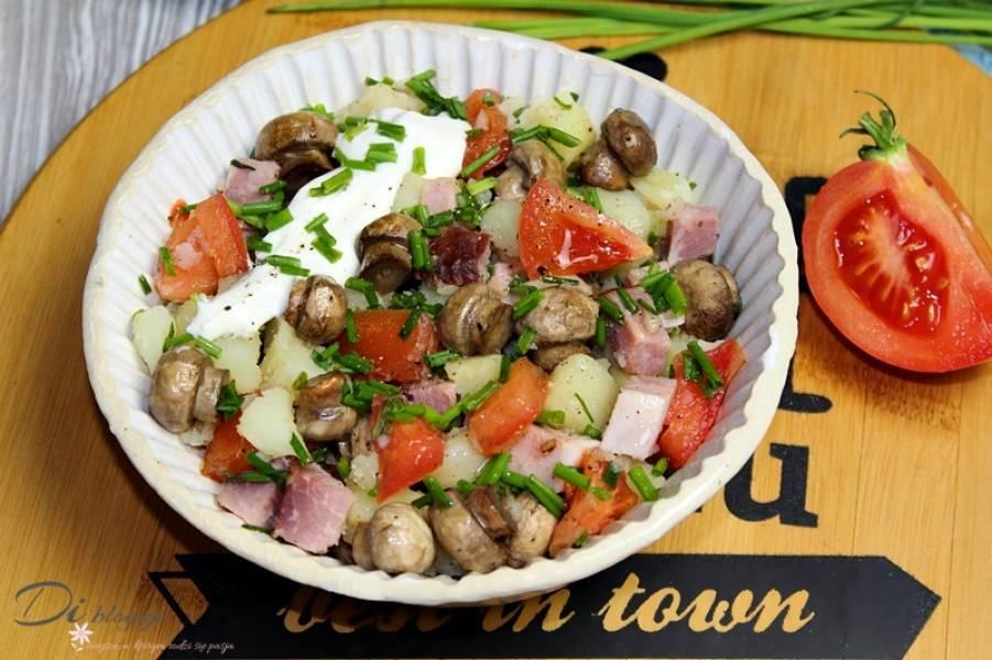 Sałatka ziemniaczana z pieczarkami, szynką i pomidorem