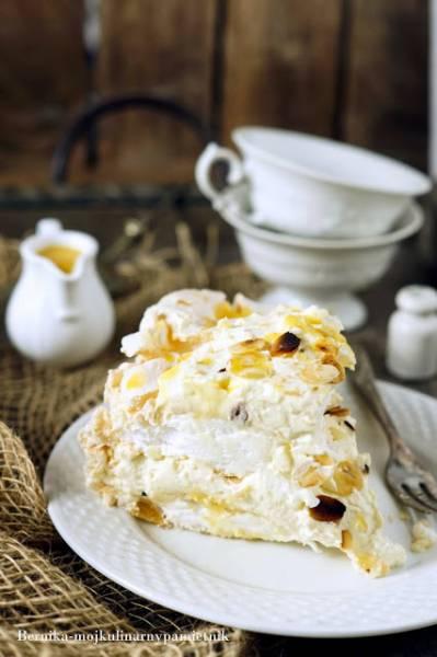 Tort bezowy z kremem ajerkoniakowym