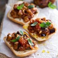 Bruschetta z pomidorami i pieczarkami