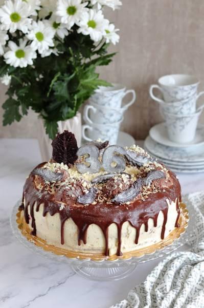 Tort śmietankowo - czekoladowy z wiśniami w galaretce