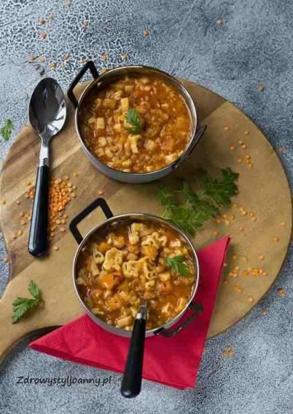 Zupa z makaronem i soczewicą.