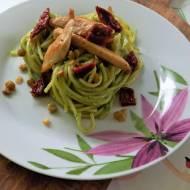 Spaghetti z soczewicą i suszonymi pomidorami w pesto brokułowym