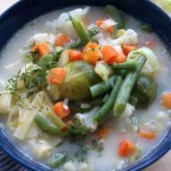 Szybka zupa jarzynowa z mrożonymi warzywami i makaronem