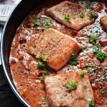 Delikatny łosoś w sosie z suszonymi pomidorami i żurawiną