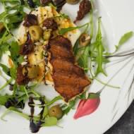 Grillowane halloumi z rukolą, szuszonymi pomidorami, oliwkami i balsamico truflowym