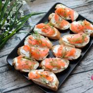 Mini kanapeczki z łososiem, koperkiem i słonecznikiem