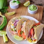 Tacos z guacamole, kurczakiem, warzywami  i sosem worcestershire