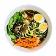 Warzywna zupa ramen z zoodlami i wege pulpetami