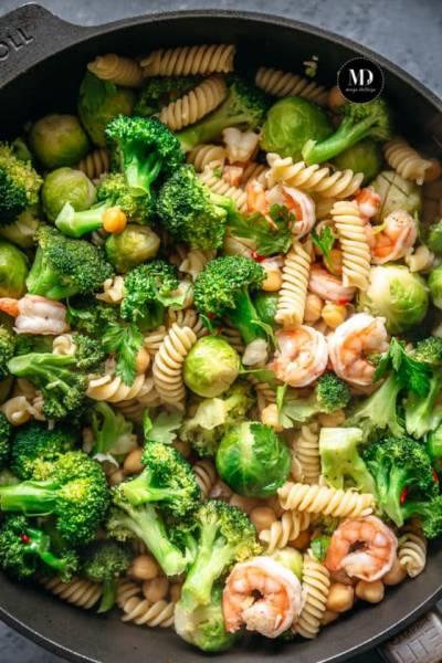 Makaron z brokułem, brukselką, krewetkami i ciecierzycą