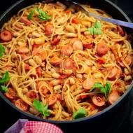 Spaghetti z parówkami i fasolą – przepis