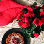 Czerwone gofry na maślance i mące migdałowej