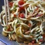 Makaron udon z boczkiem i warzywami