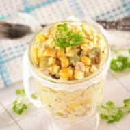 Sałatka jarzynowa z kukurydzą; sos majonezowo-jogurtowy