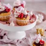 Różane babeczki z konfiturą malinową, bezą i watą cukrową