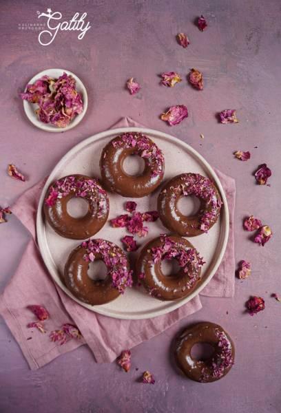 Cynamonowe donuty z piekarnika z polewą czekoladową
