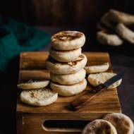 Muffiny angielskie – drożdżowe bułeczki śniadaniowe z patelni