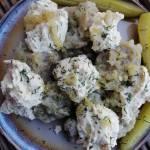 Polska - Szare kluski z wegańskim twarogiem, smażoną cebulką i ogórkiem kiszonym