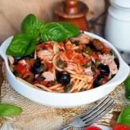 Spaghetti z tuńczykiem, oliwkami i sosem pomidorowym