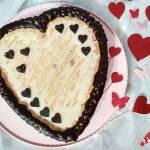 Sernik walentynkowy z białą czekoladą i mascarpone.