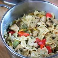 Makaron duszony z kurczakiem, pieczarkami i warzywami