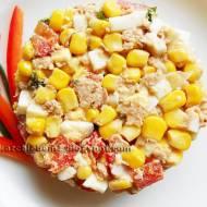 Sałatka z tuńczykiem, jajkiem, papryką, natką pietruszki i kukurydzą