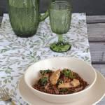 Czerwony ryż z kurczakiem, jarmużem i pieczarkami