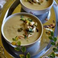 Zupa - krem z białych warzyw z dodatkiem pesto i marynowanego czosnku.