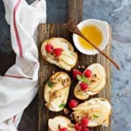 Bruschetta z owocami i kremowym serkiem