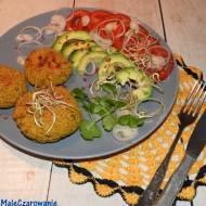 Kotleciki z ciecierzycy z sałatką z pomidorów i awokado