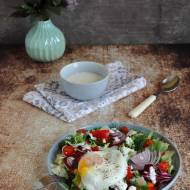 Sałatka z owczym serem i sadzonym jajkiem